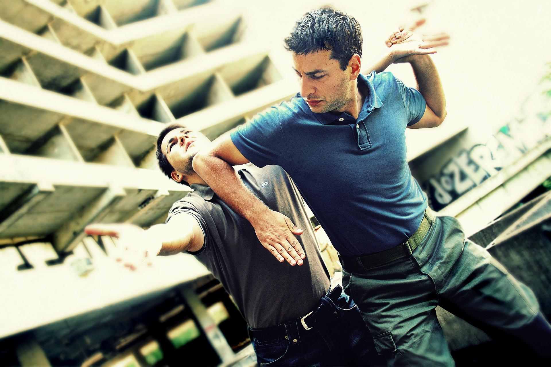 contre-attaque coude self-défense avec contrôle du poignet