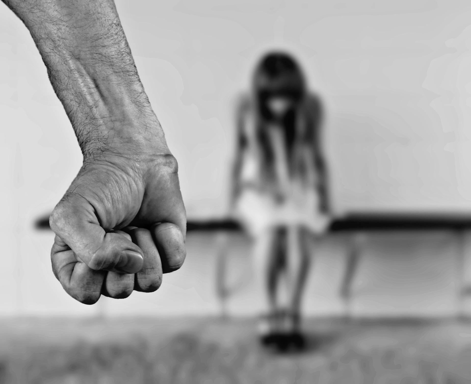 individu menaçant poing serré face à une personne