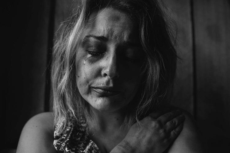 femme en pleurs après une agression