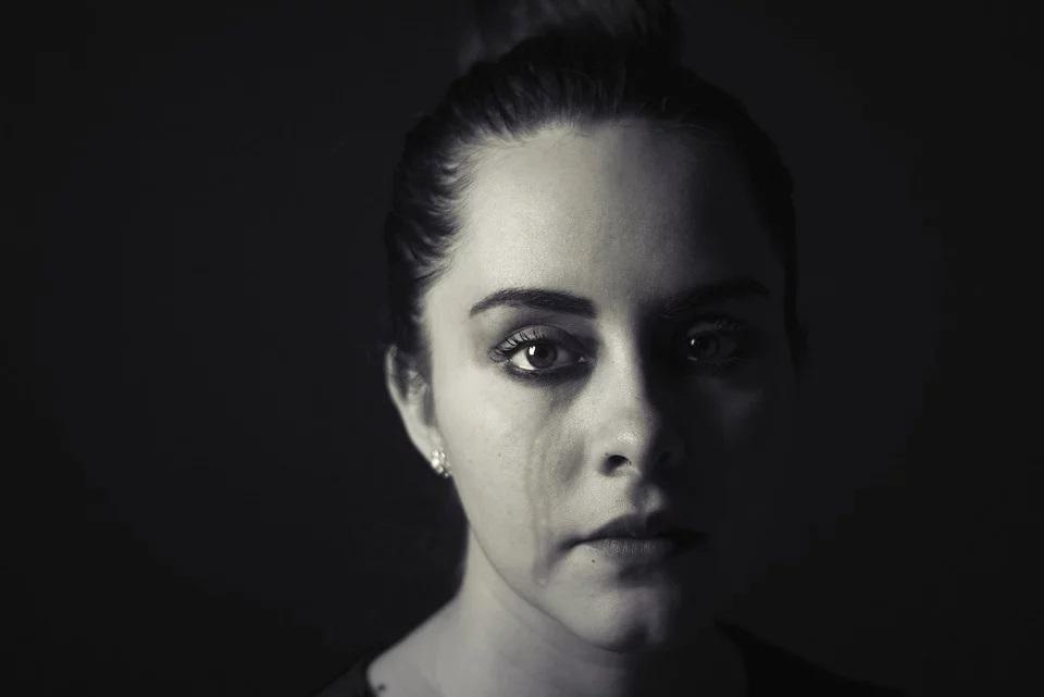 femme en pleur suite à une agression