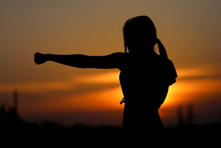 coup de poing dans le vide avec coucher de soleil en fond