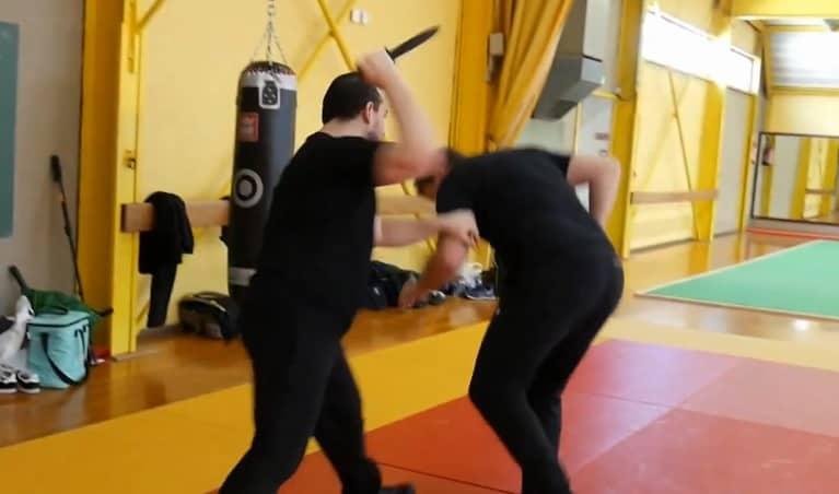 agresseur au couteau avançant sur une victime qui subit l'agression