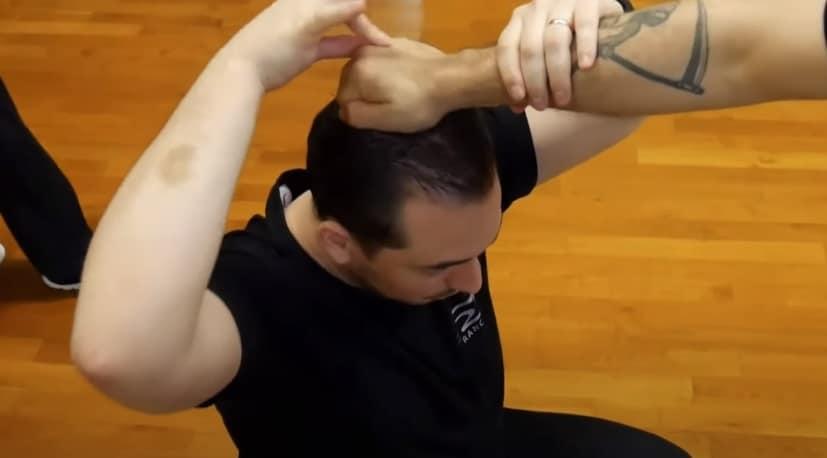 saisie des cheveux avec phalanges calées contre le crâne