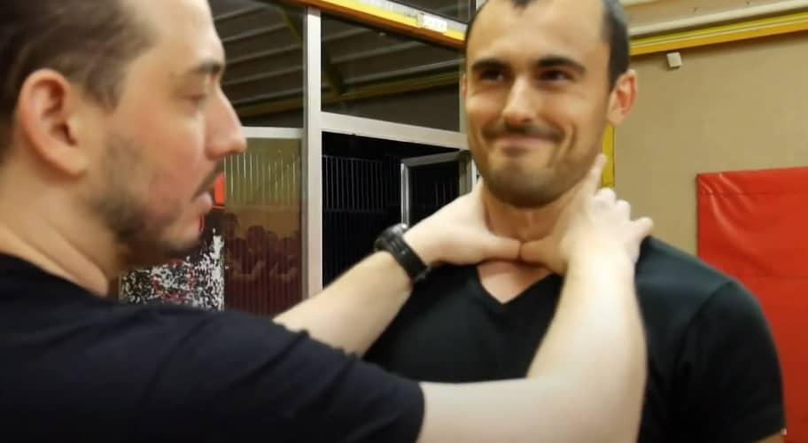 strangulation avec pouces rentrés, en entraînement de self-défense